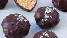 Дети будут в восторге: полезные рисовые шарики в шоколаде за 15 минут