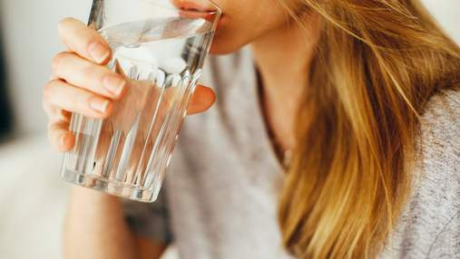 """Чому звичка залишати склянку з водою """"на ранок"""" насправді шкідлива"""